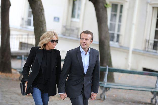 Emmanuel Macron et son épouse Brigitte dans les rues de Montmartre, en septembre 2016.
