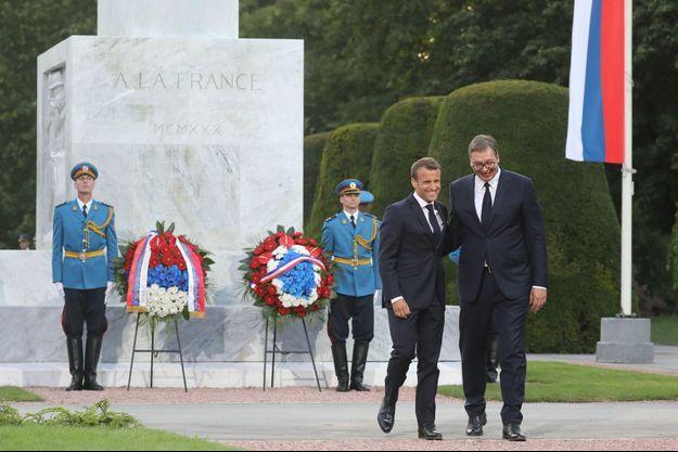 Emmanuel Macron et son homologue serbe Aleksandar Vucic, dans le parc Kalemegdan, devant un monument dédié à l'amitié franco-serbe.