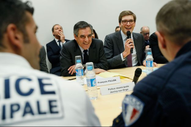 François Fillon et Robin Reda, maire de Juvisy-sur-Orge, rencontrent des policiers municipaux à Athis-Mons, le 8 février 2017.