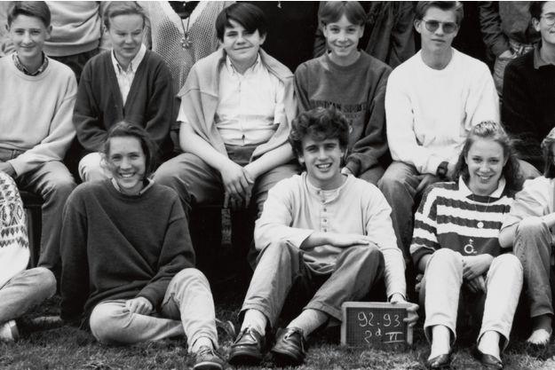 Emmanuel Macron, tenant l'ardoise pour la photo de classe, au lycée la Providence à Amiens.
