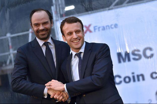 """Edouard Philippe et Emmanuel Macron à Saint-Nazaire, le 1er février 2016, pour la cérémonie des pièces du """"MSC Meraviglia"""", navire de croisière bâti sur les chantiers STX."""