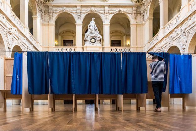 Dans un bureau de vote lyonnais, dimanche.