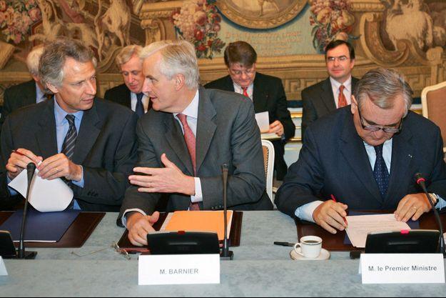Dominique de Villepin et Michel Barnier et Jean-Pierre Raffarin, ici à Matignon en 2004.