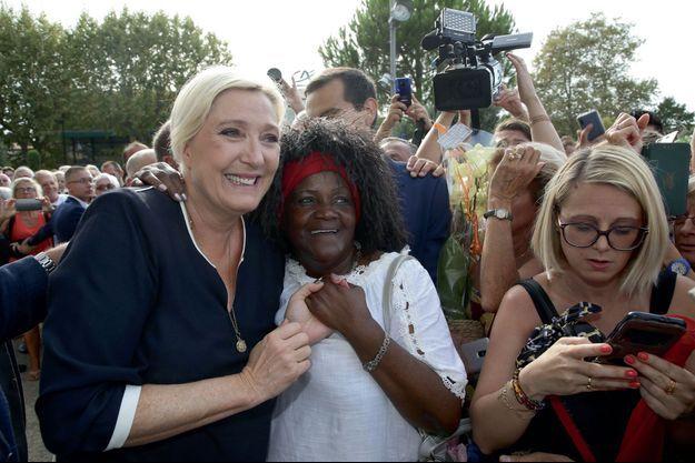Marine Le Pen pose avec ses sympathisants, le 15 septembre à Fréjus.