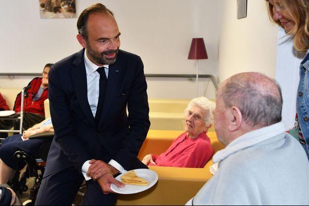 Edouard Philippe en visite dans un EHPAD à Beauchalot, jeudi.