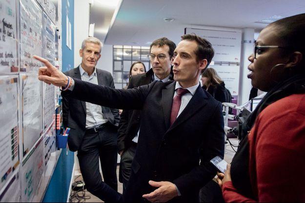 Le 27 novembre, le secrétaire d'Etat Jean-Baptiste Djebbari avec, à ses côtés, Jean-Pierre Farandou, le président de la SNCF, à la gare d'Asnières-sur-Seine.