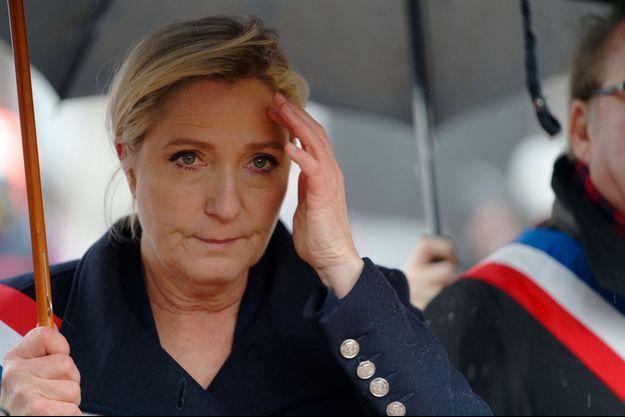 Marine Le Pen ici lundi aux commémorations du 11-Novembre à Carvin, dans le Pas-de-Calais.