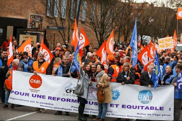 Des militants CFDT dans une manifestation contre la réforme des retraites à Toulouse, le 17 décembre.