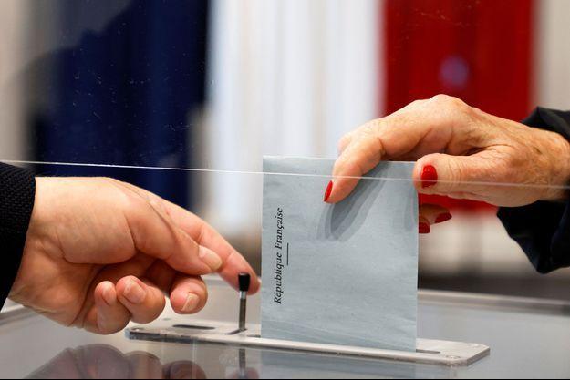 Dans un bureau de vote du Touquet, dimanche.