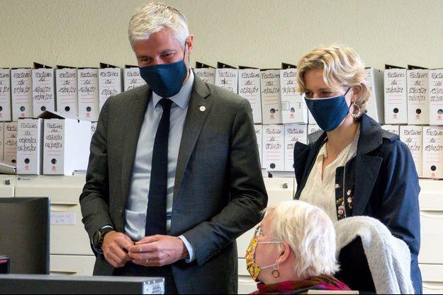 Laurent Wauquiez et son épouse Charlotte échangent avec des salariés de la fabrique de textile Rocle, à Tarare.