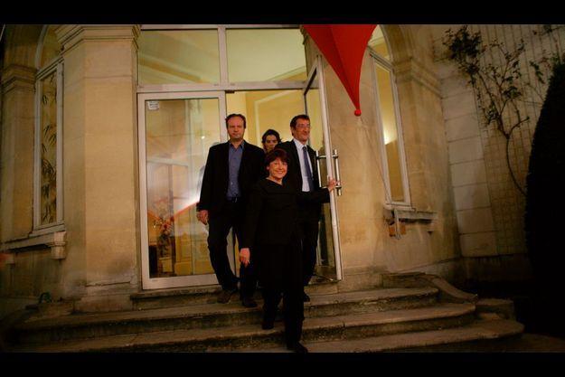 Sur les marches du perron du siège du PS, rue de Solferino à Paris, Martine Aubry rayonne. Avec près de 30 % des voix, le PS retrouve son statut de premier parti de France. Seule ombre au tableau, la réélection prévue du « dissident » Georges Frêche dans le Languedoc-Roussillon.