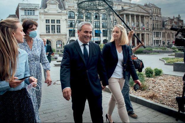 Dimanche 20 juin, sur la place de l'Hôtel-de-Ville de Saint-Quentin, avec sa femme, Vanessa Williot. Xavier Bertrand arrive largement en tête avec 43% des voix.
