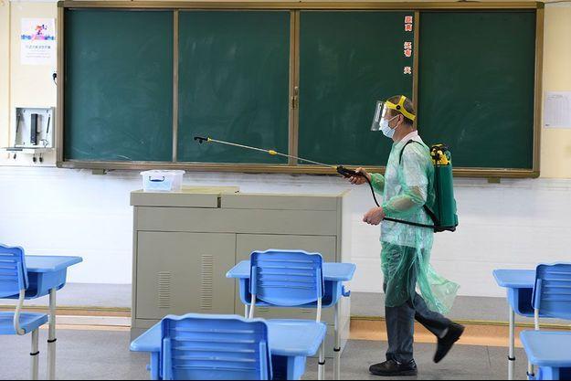 Image d'illustration, désinfection d'une classe en Chine le 25 avril.