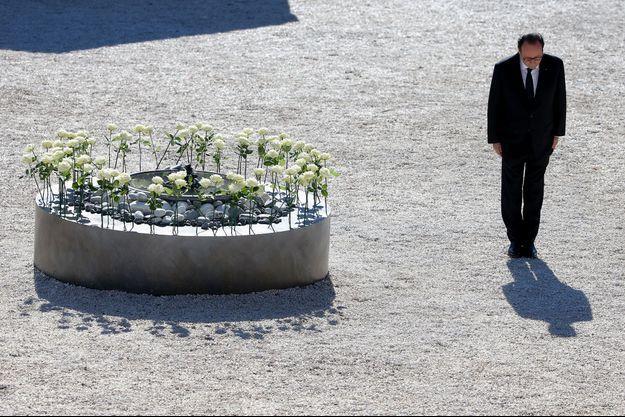 Nice. A l'issue de la cérémonie. Même si le président est applaudi par les familles de victimes, jamais il n'a semblé aussi seul.