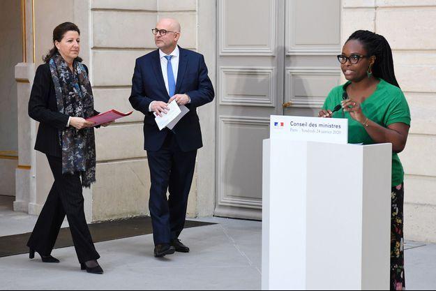 La ministre des Solidarités, Agnès Buzyn, et le Secrétaire d'Etat chargé des retraites, Laurent Pietraszewski, après le conseil des ministres, vendredi. A droite, la porte-parole du gouvernement, Sibeth Ndiaye.