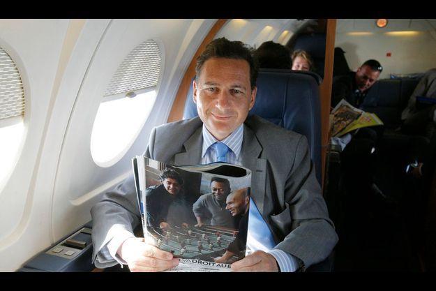 Dans l'avion avec Eric Besson en déplacement officiel au Maroc. Pour se détendre, le ministre a choisi comme lecture le reportage paru dans MAtch de la semaine dernière sur la photo exceptionnelle réunissant Zizou, Pelé et Maradona autour d'un baby-foot, sous l'objectif d'Annie Leibovitz.