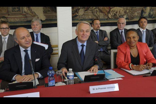 Le Premier ministre, entouré de Laurent Fabius et Christiane Taubira, lundi, lors du séminaire sur le budget.