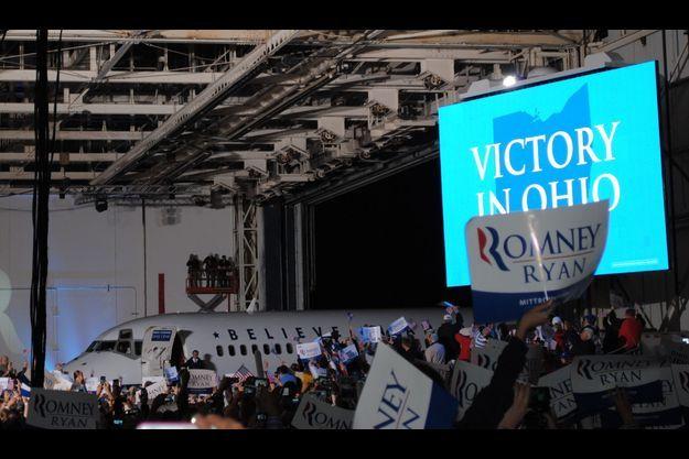 Mitt Romney a fait une arrivée remarquable pour son dernier meeting de campagne.