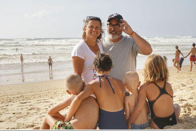 Avec son mari et leurs enfants, le 10 août, en vacances.