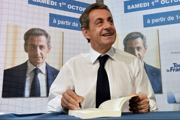 """Nicolas Sarkozy dédicace son livre """"Tout pour la France"""" samedi aux Sables-d'Olonne."""