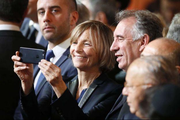 Selfie en duo pour Marielle de Sarnez et François Bayrou lors de la passation de pouvoir entre François Hollande et Emmanuel Macron, le 14 mai 2017.