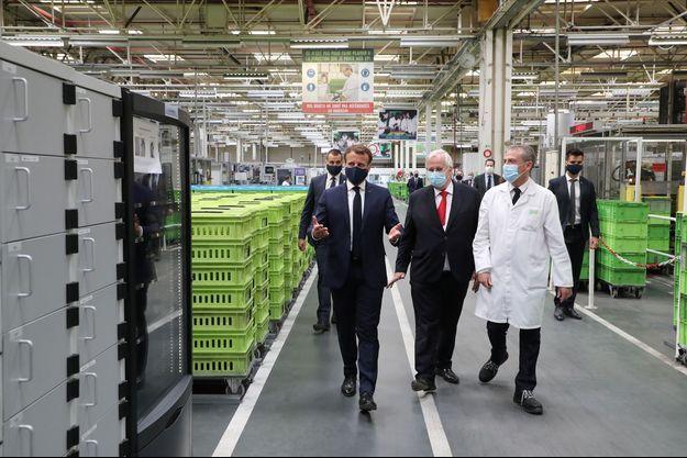 Emmanuel Macron en viste à l'usine Valeo à Etaples (Pas-de-Calais).