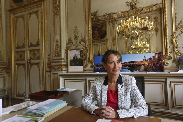 Le 7 avril, Ségolène Royal est assise à son bureau du ministère de l'Ecologie, boulevard Saint-Germain.