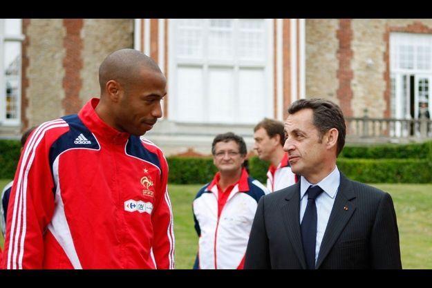 Thierry Henry s'entretient ici avec Nicolas Sarkozy avant l'Euro 2008.