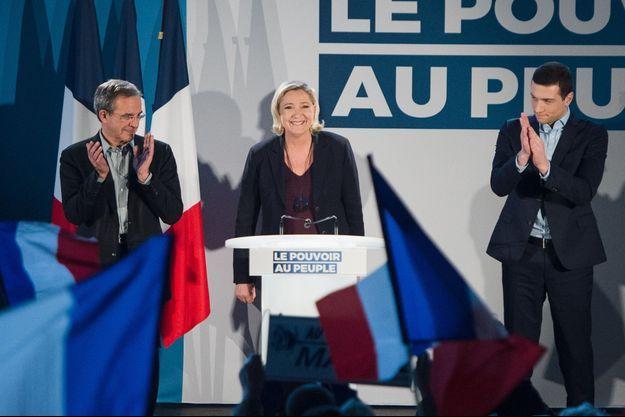 Marine Le Pen, samedi dans le Vaucluse, entourée de Thierry Mariani et Jordan Bardella.