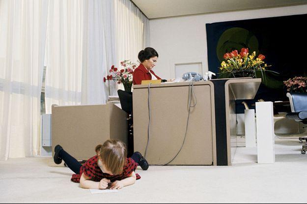 QUELQUE CHOSE DE KENNEDY : Pour Isabelle, 3 ans, le ministère de la Santé devient un terrain de jeux, le 14 mars 1975.