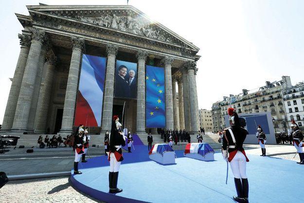 """Devant Emmanuel Macron, les cercueils de Simone (à g.) et Antoine Veil, entourés de gardes républicains, tandis que Barbara Hendricks et le Choeur de l'armée française entonnent """"La Marseillaise""""."""