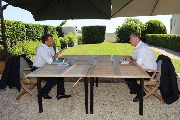 Le président français Emmanuel Macron et Jean Castex, Premier ministre s'entretiennent au Fort de Brégançon, à Bormes-les-Mimosas, le 21 aout 2020.