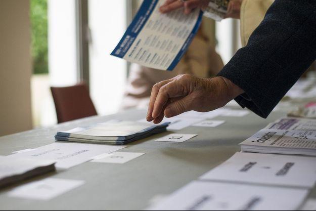 Dans un bureau de vote de Saint-Cloud, le 25 mai 2014, lors des élections européennes.