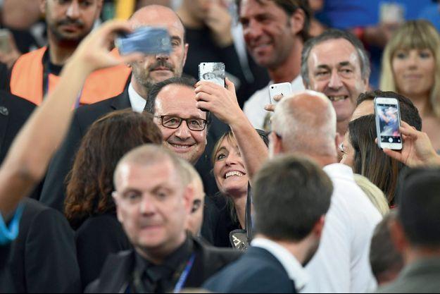 François Hollande pose pour des selfies à Marseille, le 7 juillet, après la victoire de la France face à l'Allemagne.