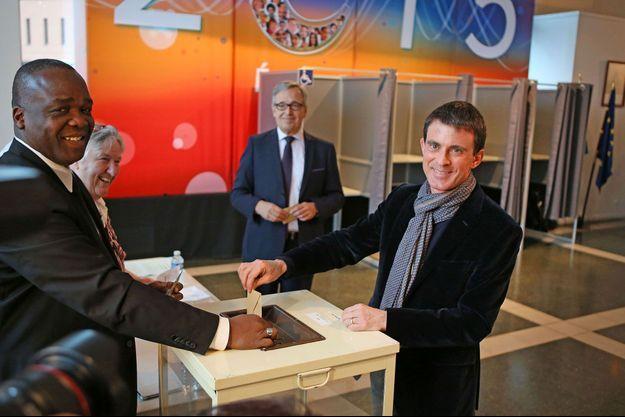 Le Premier ministre Manuel Valls vote dans sa ville d'Evry, dimanche.