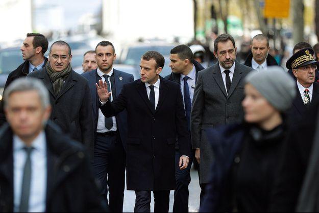 Emmanuel Macron dans les rues de Paris, dimanche 2 décembre, accompagné du ministre de l'Intérieur, Christophe Castaner, et du secrétaire d'Etat Laurent Nunez.