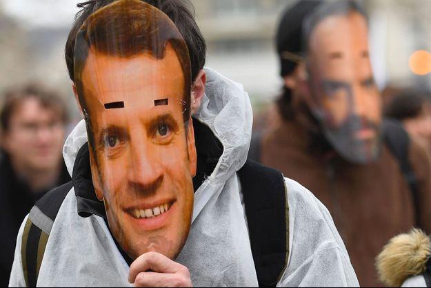 Des manifestants portent des masques d'Emmanuel Macron et d'Edouard Philippe à Rennes, le 10 décembre, lors d'une manifestation contre la réforme des retraites.