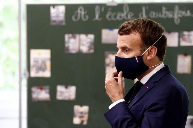 Emmanuel Macron à l'école élémentaire Pierre-Ronsard, à Poissy, mardi.