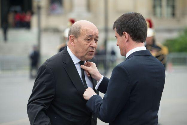 Jean-Yves Le Drian et Manuel Valls lors de la commémoration du 8 mai 1945 sur les Champs-Elysées.