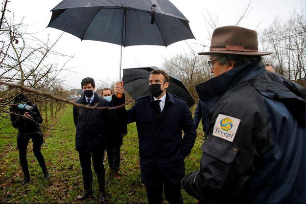 Emmanuel Macron et le ministre de l'Agriculture, Julien Denormandie, le 12 janvier à Tilly, dans l'Eure.