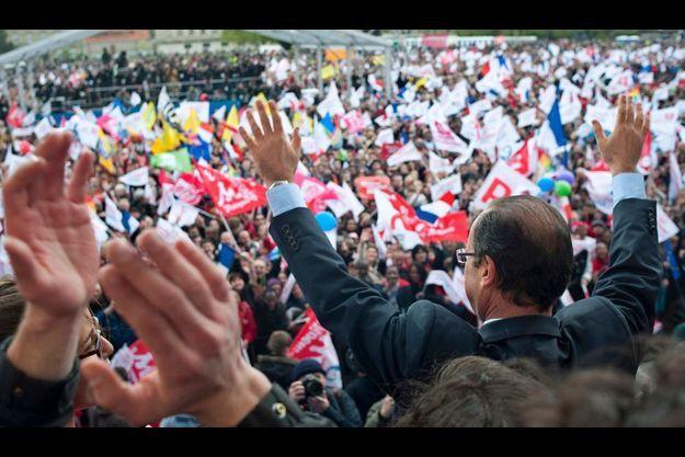 François Hollande face à ses supporters, dimanche 15 avril 2012 à Vincennes.