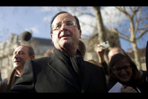 François Hollande en campagne à Paris dimanche dernier, sur le marché Richard-Lenoir. A g. du candidat, Bertrand Delanoë, le maire de Paris.