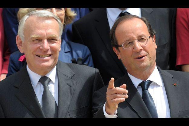 Jean-Marc Ayrault et François Hollande, le 4 juillet dernier, lors de la présentation du gouvernement remanié pour la traditionnelle photo sur le perron de l'Elysée.