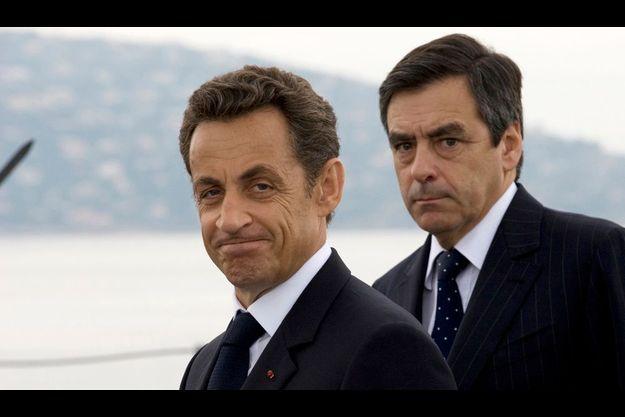 Nicolas Sarkozy, avec 40% d'opinions favorables (-3) est largement devancé par son Premier ministre François Fillon, 54% (+2) (à dr.).