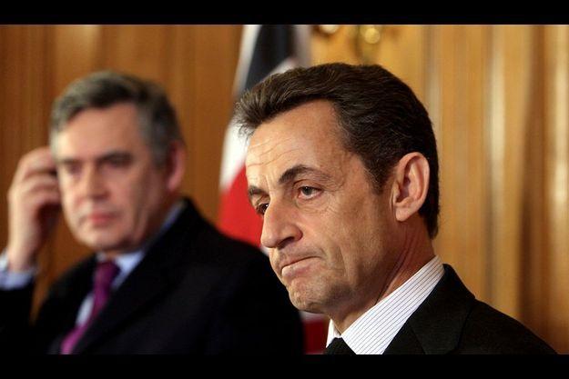 Nicolas Sarkozy (ici avec le Premier ministre anglais Gordon Brown, à l'arrière-plan, lors d'une visite officielle à Londres le 12 mars 2010).