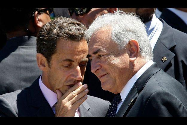 Les Français sondés, dont 35% des électeurs de droite, préfèrent largement DSK à Nicolas Sarkozy (à g.).