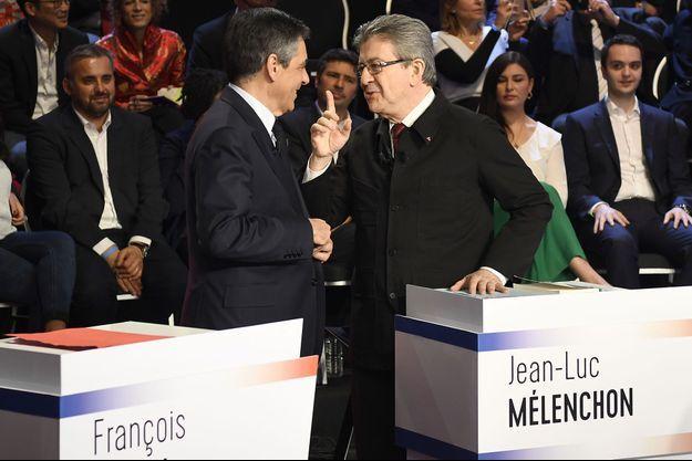 """François Fillon et Jean-Luc Mélenchon échangent, mardi soir, sur le plateau du """"Grand débat"""", avant le début de l'émission."""