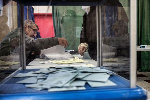 Dans un bureau de vote de la primaire de la gauche, le 29 janvier dernier, à Lyon.