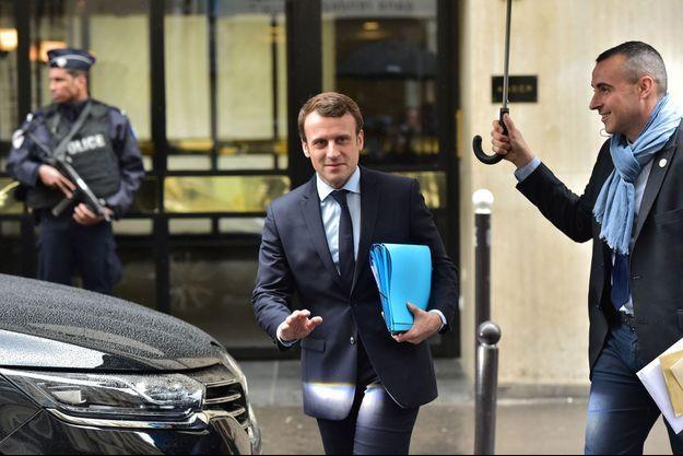 Emmanuel Macron près de chez lui, à Paris, mercredi.