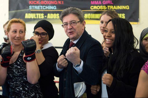 Jean-Luc Mélenchon visite une salle de boxe, mercredi, lors de la journée internationale des droits des femmes, à Marseille.